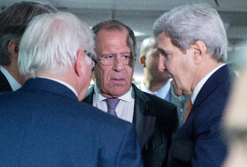 German Minister for Foreign Affairs Frank-Walter Steinmeier (L), Russian Foreign Minister Sergey Lavrov (C) and US Secretary of State John Kerry talk in Vienna, Austria on July 14, 2015