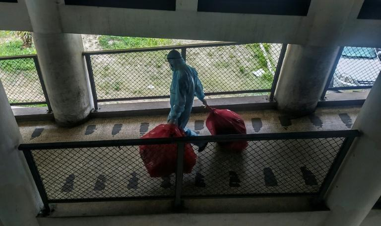 Workers at the Clinical University Hospital in Caracas have had to bring their own chlorine to clean the establishment