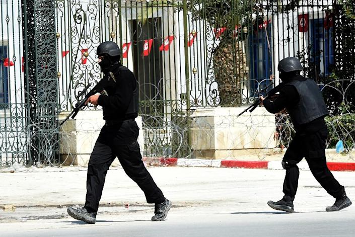 Tunisian security forces secure the area after gunmen attacked Tunis' famed Bardo Museum on March 18, 2015 (AFP Photo/Fethi Belaid)