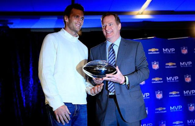 """Roger Goodell (right) presents <a class=""""link rapid-noclick-resp"""" href=""""/nfl/players/5228/"""" data-ylk=""""slk:Tom Brady"""">Tom Brady</a> with the Super Bowl MVP trophy in 2015. (Getty Images)"""