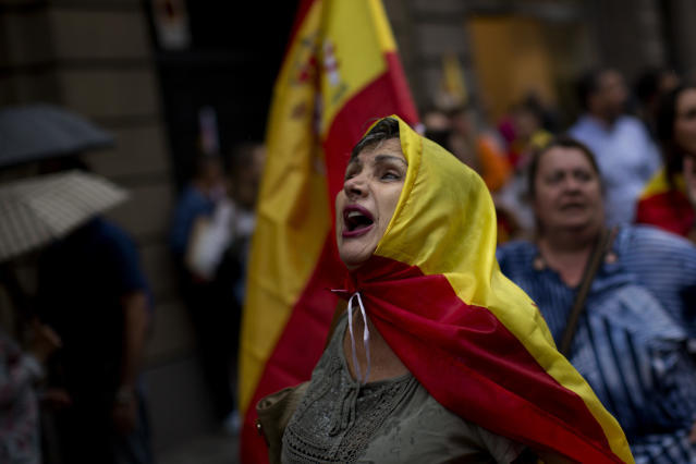 <p>Anti-independence demonstrators march waving Spanish flags against the referendum downtown Barcelona Saturday, Sept. 30 2017. (Photo: Emilio Morenatti/AP) </p>