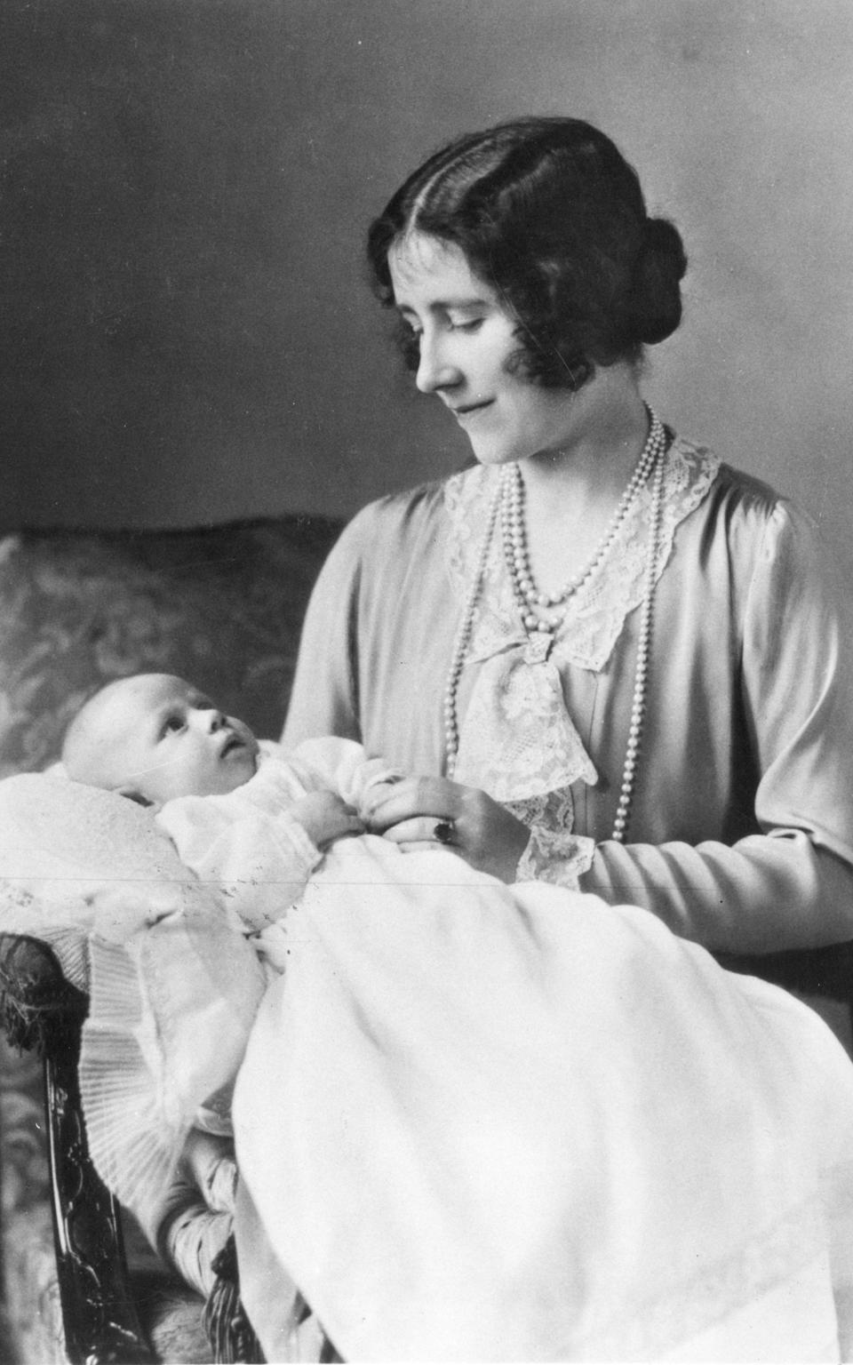 The Queen Mother wearing her original sapphire engagement ring, in a portrait with Princess Margaret in 1930 - Keystone/Getty Images