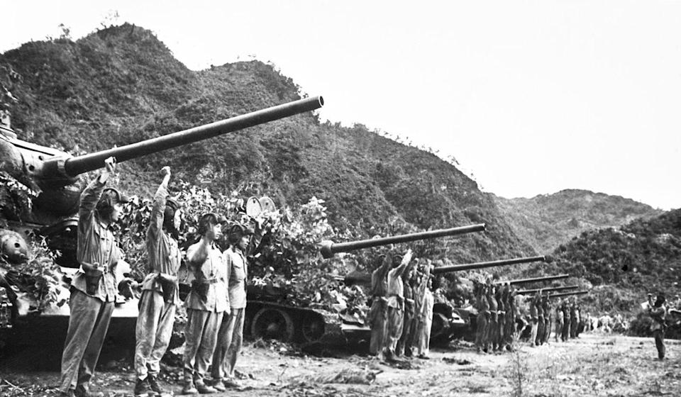 Chinese People's Volunteer Army soldiers make an oath in front of tanks before the start of one of the last clashes in the Korean war in July, 1953. Photo: Xinhua