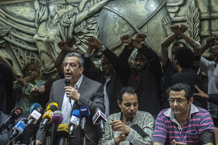 Egyptian Press Syndicate Chief Yahya Qalash (L) reads a statement at the headquarters in the capital Cairo on May 3, 2016 on the occasion of World Press Freedom day (AFP Photo/Khaled Desouki)