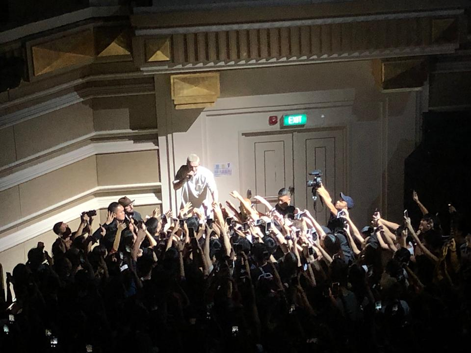 Lauv getting personal with fans. (PHOTO: Yanling/Yahoo Lifestyle Singapore)