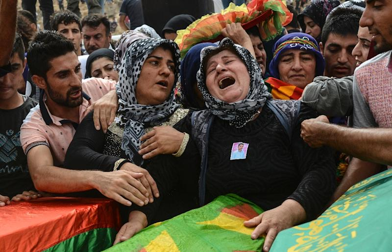 Relatives and mourners gather around the coffins of people killed during clashes between Turkish forces and militants of the Kurdistan Workers' Party (PKK) in Cizre, on September 13, 2015 (AFP Photo/Ilyas Akengin)