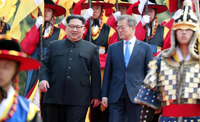<p>South Korean President Moon Jae-in and North Korean leader Kim Jong Un attend a welcoming ceremony in the truce village of Panmunjom inside the demilitarized zone separating the two Koreas, South Korea, April 27, 2018. (Photo: Korea Summit Press Pool/Pool via Reuters/Reuters) </p>