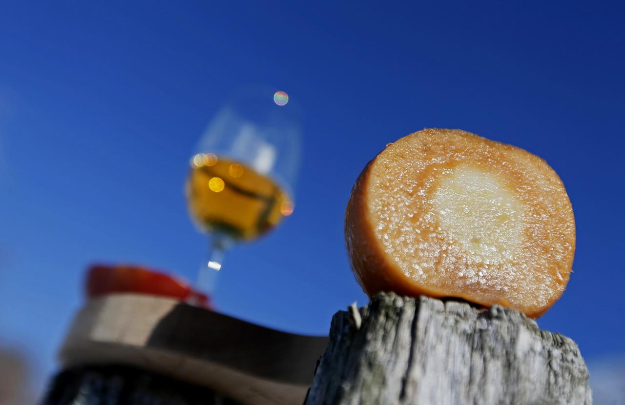 An apple is sliced to show the caramel colour used for the Signature Reserve Speciale Ice Cider at Domaine Pinnacle in Frelighsburg, Quebec, December 16, 2013. REUTERS/Christinne Muschi (CANADA - Tags: SOCIETY)