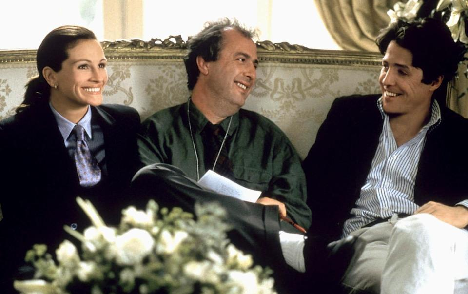 Julia Roberts, Roger Michell and Hugh Grant during the making of Notting Hill, 1999 - Alamy