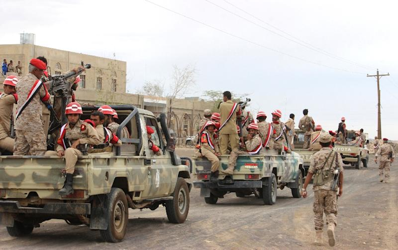Soldiers loyal to Yemen's President Abd-Rabbu Mansour Hadi ride in a pick-up truck during a parade in Marib province on May 25, 2015 (AFP Photo/)