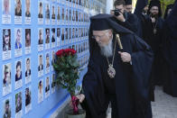 Ecumenical Patriarch Bartholomew I lays flowers at the Memorial Wall of Fallen Defenders of Ukraine in Russian-Ukrainian War in Kyiv, Ukraine, Saturday, Aug. 21, 2021. Bartholomew I, arrived to Kyiv to mark the 30th anniversary of Ukraine's independence that is celebrated on Aug. 24. (AP Photo/Efrem Lukatsky)