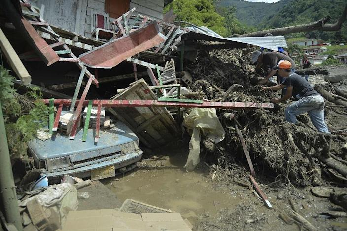 People search for relatives after a landslide in Salgar municipality, Antioquia department, Colombia on May 18, 2015 (AFP Photo/Raul Arboleda)