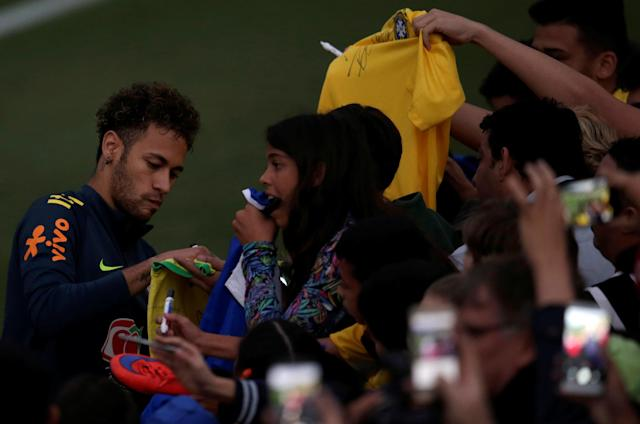 Football Soccer - Brazil national soccer team training - World Cup 2018 - Granja Comary, Teresopolis, Brazil - May 25, 2018 - Neymar talks with fans. REUTERS/Ricardo Moraes
