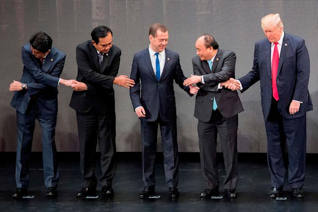 3. Trump uses his right hand, instead of hisleft, which is required for such a handshake. Phuc turns to Russian Prime Minister Dmitry Medvedev, who alsooffers the wrong hand.
