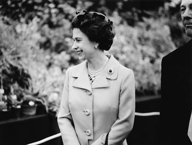 Queen Elizabeth II on a tour of the Chelsea Flower Show in 1973. (Getty Images)