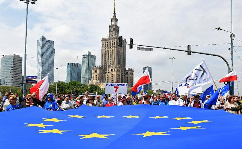 Thousands of pro-EU opposition supporters tooks to the streets of Warsaw on Saturday ahead of next week's crucial European Parliament elections (AFP Photo/Janek SKARZYNSKI)