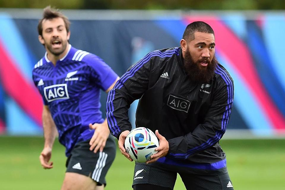 New Zealand All Blacks' Charlie Faumuina and Conrad Smith (L) attend a training session at the Lensbury Hotel in Teddington, on September 16, 2015 (AFP Photo/Gabriel Bouys)