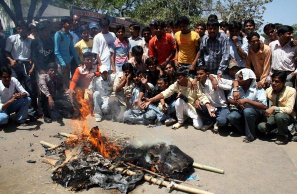 Indian cricket supporters burn an effigy... : News Photo