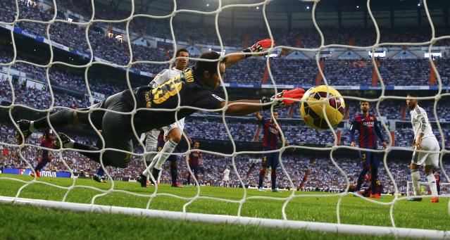 "Barcelona's goalkeeper Claudio Bravo fails to stop a second goal by Real Madrid during their Spanish first division ""Clasico"" soccer match at the Santiago Bernabeu stadium in Madrid October 25, 2014. REUTERS/Sergio Perez (SPAIN - Tags: SOCCER SPORT)"