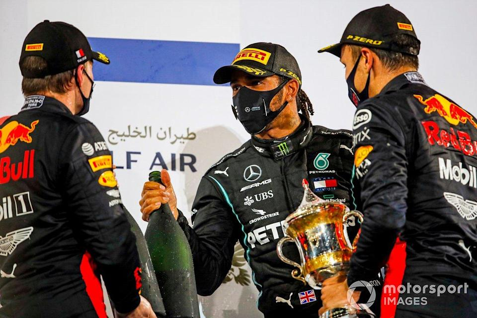 "Max Verstappen, Red Bull Racing, Race Winner Lewis Hamilton, Mercedes-AMG F1 and Alex Albon, Red Bull Racing di podium<span class=""copyright"">Zak Mauger / Motorsport Images</span>"