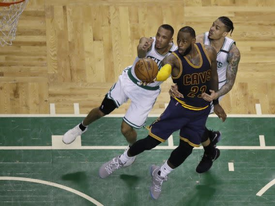 <p>Cleveland Cavaliers forward LeBron James (23) drives to the basket as Boston Celtics guard Avery Bradley, left, and forward Gerald Green, right, try to defend during the fourth quarter of Game 1 of the NBA basketball Eastern Conference finals, Wednesday, May 17, 2017, in Boston. (AP Photo/Charles Krupa) (圖片來源:Associated Press) </p>