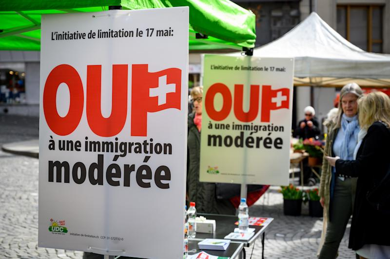 Carteles en apoyo a la iniciativa por una inmigración moderada en Suiza. (Photo by FABRICE COFFRINI/AFP via Getty Images)