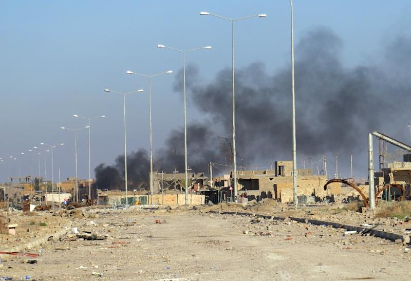Smoke billows in Ramadi's Hoz neighbourhood during military operations conducted by Iraqi pro-government forces against the Islamic State (IS) jihadist group on December 27, 2015 (AFP Photo/)