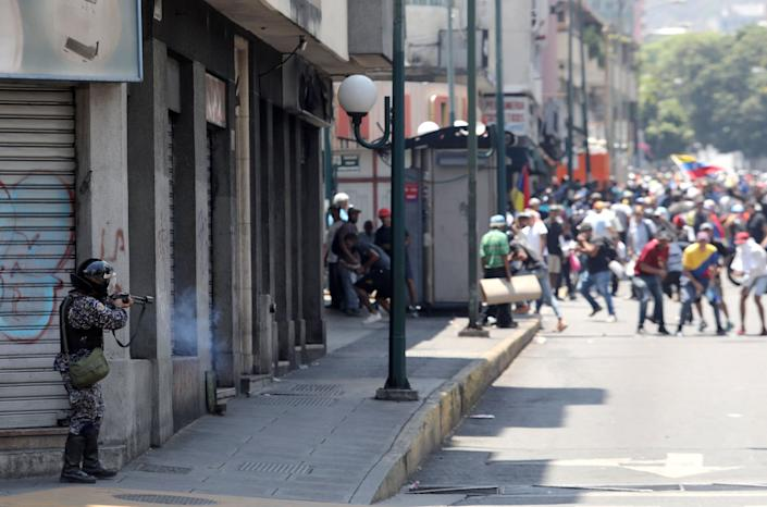 A government security forces member fires his weapon during clashes with protesters in Caracas, Venezuela April 30, 2019. (Photo: Manaure Quintero/Reuters)