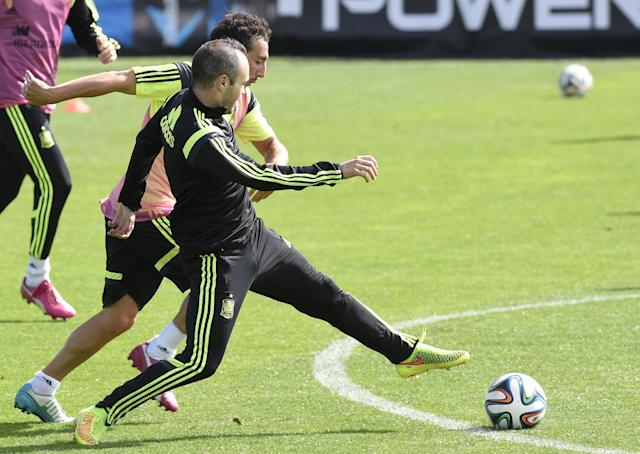 Spanish midfielders Andres Iniesta (left) and Santiago Cazorla take part in a training session in Curitiba, on June 21, 2014 (AFP Photo/Lluis Gene)