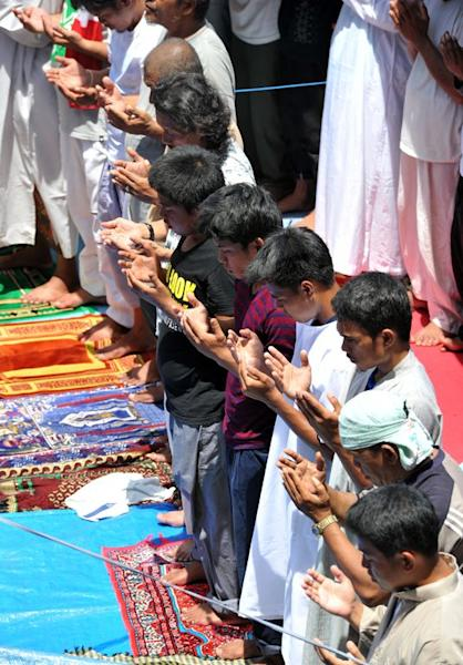 Muslims affected by the stand-off between Philippine forces and Muslim rebels pray in Zamboanga on September 20, 2013