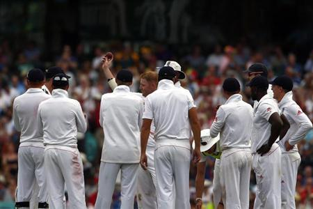 England's Ben Stokes (C) is surrounded by his team mates as he shows the ball to the crowd after taking his fifth wicket for the innings during the first day of the fifth Ashes cricket test against Australia at the Sydney cricket ground January 3, 2014. REUTERS/David Gray