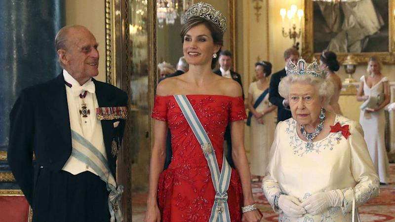 Lady in Red: Bei Letizias Anblick strahlt Prinz Philip
