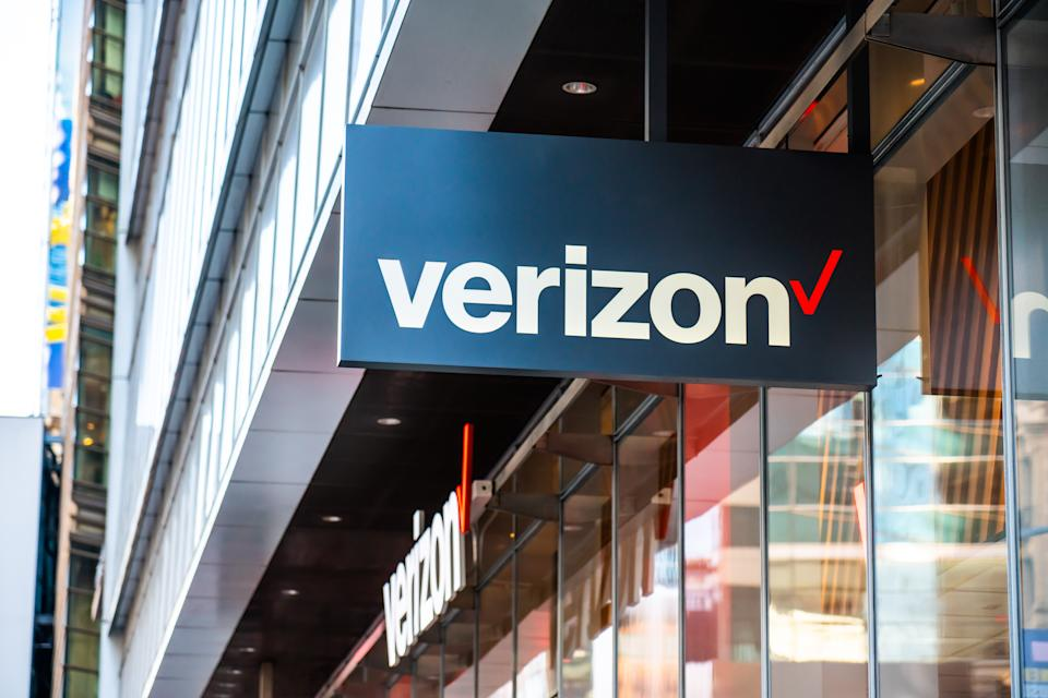 NEW YORK CITY, UNITED STATES - 2020/02/20: American multinational telecommunications conglomerate, Verizon store logo seen in Midtown Manhattan. (Photo Illustration by Alex Tai/SOPA Images/LightRocket via Getty Images)