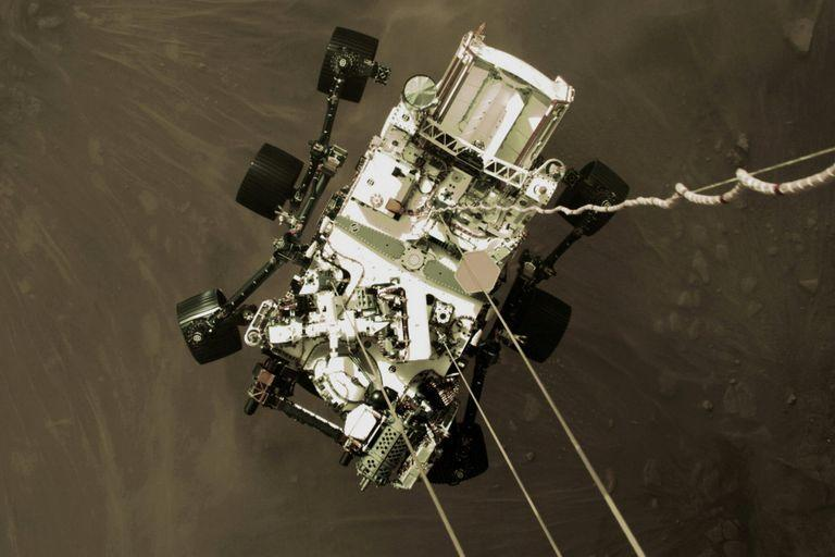 Diligence rover on the landing stage on the surface of Mars
