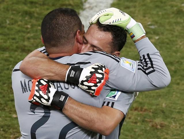 Colombia's goalkeeper David Ospina (R) hugs Faryd Mondragon as he is substituted by Mondragon during their 2014 World Cup Group C soccer match at the Pantanal arena in Cuiaba June 24, 2014. REUTERS/Suhaib Salem (BRAZIL - Tags: SOCCER SPORT WORLD CUP)