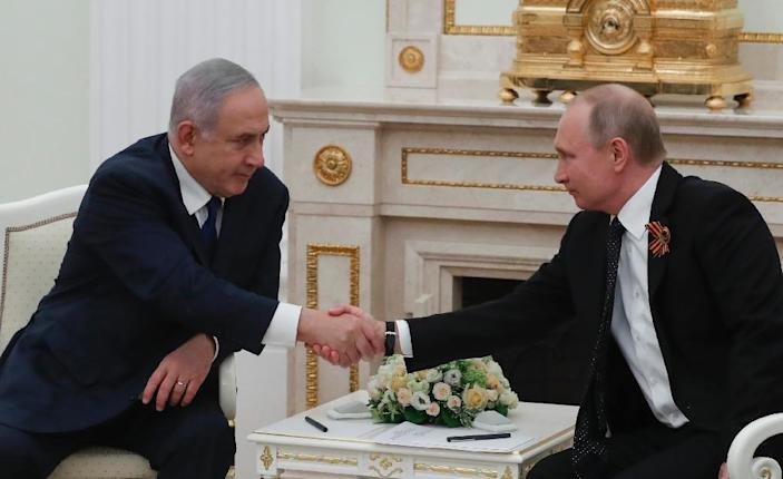 Russian President Vladimir Putin (R) meets with Israeli Prime Minister Benjamin Netanyahu at the Kremlin in Moscow on May 9, 2018 (AFP Photo/SERGEI ILNITSKY)