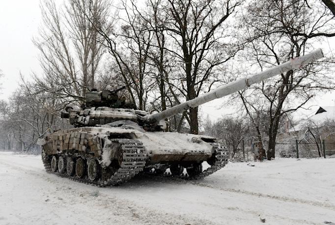 A Ukrainian Army tank rides on January 3, 2015 near the eastern Ukrainian village of Pisky, in the northeastern Donetsk region (AFP Photo/Vasily Maximov)