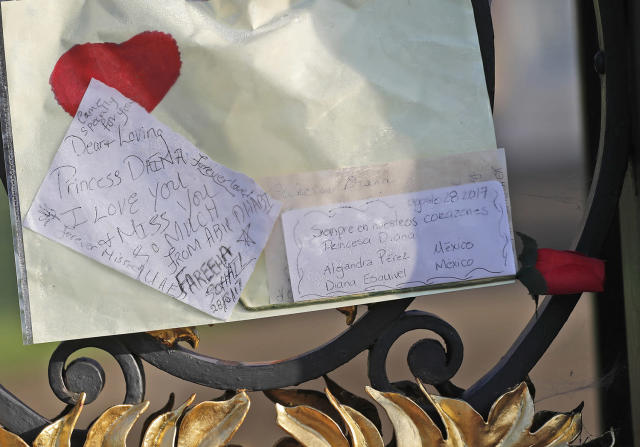 <p>Notes for the late Diana, Princess of Wales, hang on the fence outside Kensington Palace to pay tribute to her in London, Aug. 31, 2017. (Photo: Frank Augstein/AP) </p>