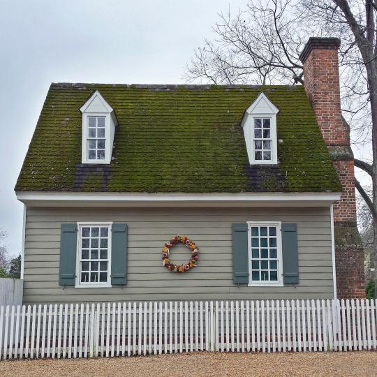 """<p>A home """"decorated"""" for Christmas in Colonial Williamsburg<i> (Photo: Christian Carollo/Say Hello to America)</i><br></p>"""