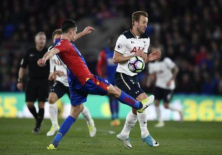 Britain Soccer Football - Crystal Palace v Tottenham Hotspur - Premier League - Selhurst Park - 26/4/17 Tottenham's Harry Kane in action with Crystal Palace's Martin Kelly Reuters / Dylan Martinez Livepic