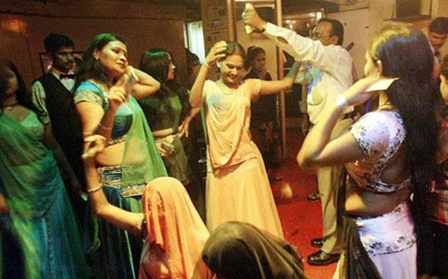 Supreme Court notice to Maharashtra on bar dancers challenging state regulations