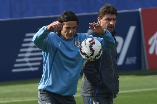 Cavani trains with Uruguay after father arrest