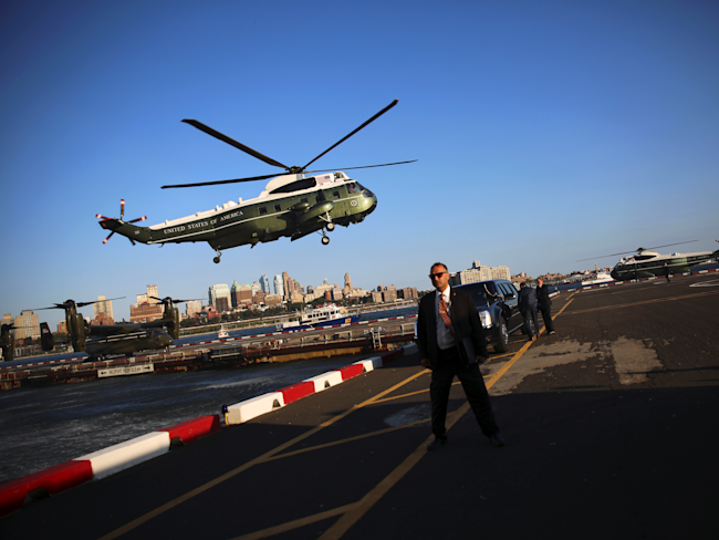 A Secret Service agent stands watch as President Barack Obama arrives aboard Marine One in New York on September 13. (Carlos Barria/Reuters)