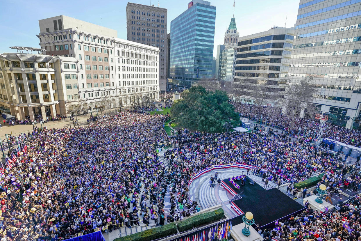 """<span class=""""s1"""">A crowd of nearly 20,000 gathered in Oakland, Calif., on Sunday as Kamala Harris formally launched her campaign for president. (Photo: Tony Avelar/AP)</span>"""