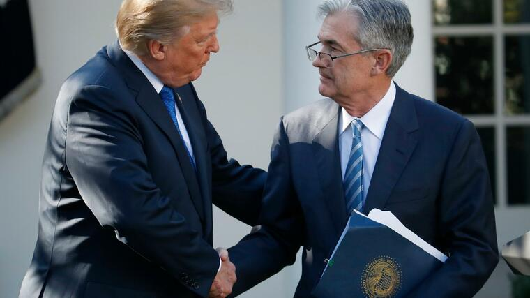 US-Präsident Donald Trump gibt Fed-Chef Jerome Powell die Hand. Foto: dpa