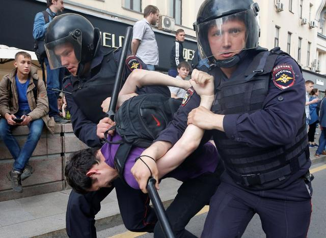 <p>Riot police detain a man during an anti-corruption protest organised by opposition leader Alexei Navalny, on Tverskaya Street in central Moscow, Russia June 12, 2017. (Maxim Shemetov/Reuters) </p>