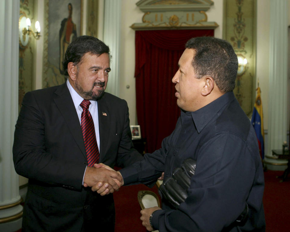 Venezuelan President Hugo Chavez (R) welcomes New Mexico Governor Bill Richardson at Miraflores Palace in Caracas April 26, 2008. Seasoned U.S. negotiator Richardson will discuss the situation of three U.S. hostages held by rebels in Colombia by the Revolutionary Armed Forces of Colombia (FARC) since 2003. (Miraflores Palace/Handout via Reuters)
