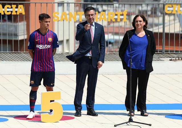 Soccer Football - FC Barcelona unveil the new jersey for the season 2018-2019 - Barcelona, Spain - May 19, 2018 (L - R) FC Barcelona's Philippe Coutinho, FC Barcelona President Josep Maria Bartomeu and Barcelona Mayor Ada Colau attend the unveiling of the new FC Barcelona jersey REUTERS/Albert Gea