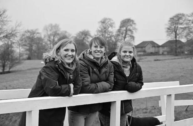 Laura Nuttall [C] with her mum Nicola and sister Gracie earlier this year. (Doing It For Laura/Facebook)