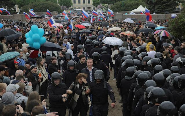 <p>Riot police detain demonstrators during an anti-corruption protest in St. Petersburg, Russia June 12, 2017. (Anton Vaganov/Reuters) </p>
